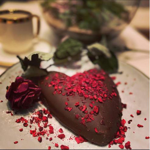 Serce piernikowe w czekoladzie z wiśnią liofilizowaną